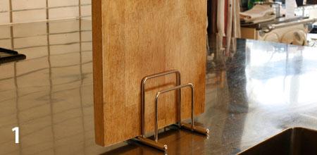 まな板を洗ったあとは、水切れが良いように、木目をタテにして乾かします
