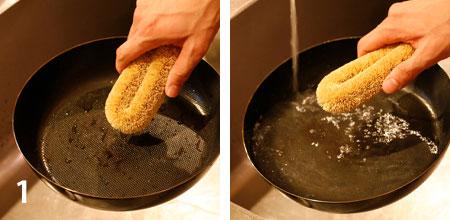 使い終わったらフライパンがあたたかいうちにたわしなどで、洗剤を使わずに洗います