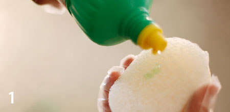 銅鍋の黒ずみは人体や味に影響はありませんが、輝きを蘇らせるときはトイレ用洗剤「サンポール」を使います