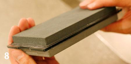 砥石には、荒砥石と仕上げ砥石が貼り合わさった簡易タイプもあります